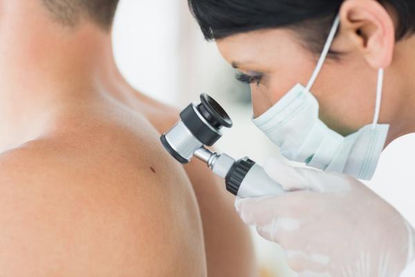 Piros foltokkal borított lábak - Bőrgyulladás November