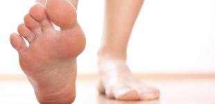 pikkelysömör otthoni kezelés fotó a lábakon vörös foltok hámlanak és viszketnek