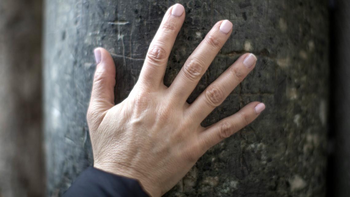 vörös foltok a bőr alatt az ujjon
